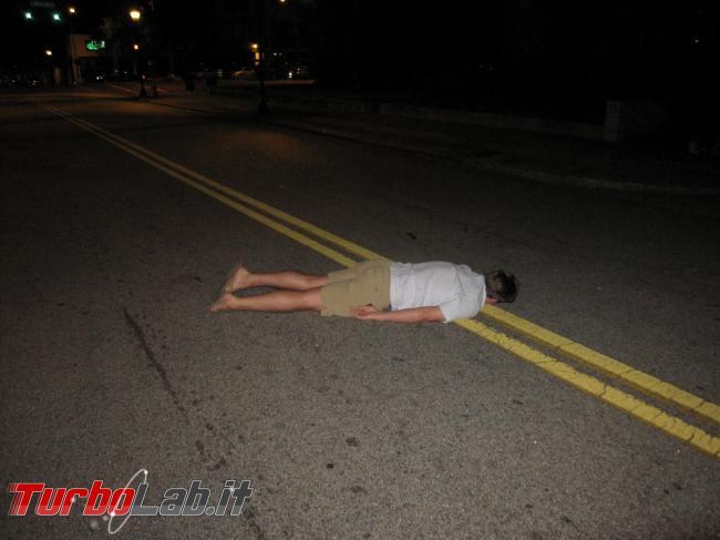Planking challenge: giovani sdraiati strada, attesa auto